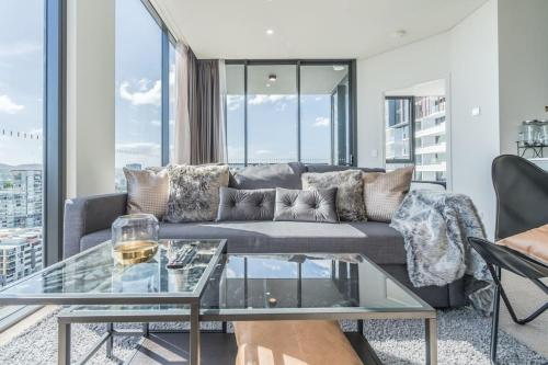Futuristic, Chic Apartment w Stunning Views