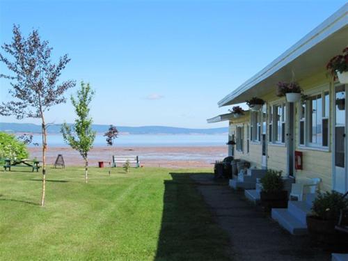 . Beach Breeze Motel