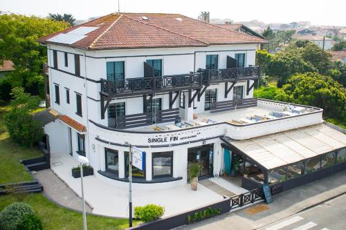 . Single Fin Hotel & Lodge