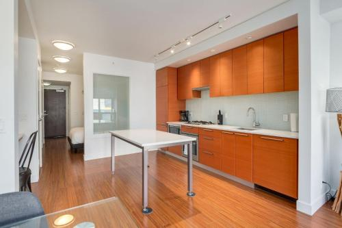 Waterfront Apartments by Corporate Stays - Calgary, AB T2P 4V9