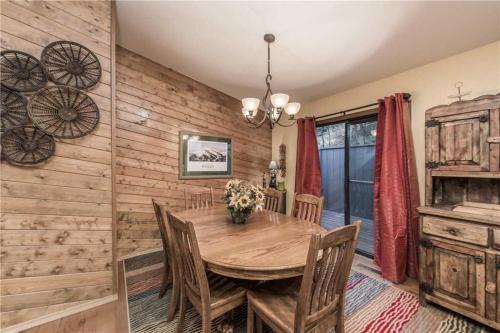 Fort Getaway Three-bedroom Holiday Home - Ruidoso, NM 88355