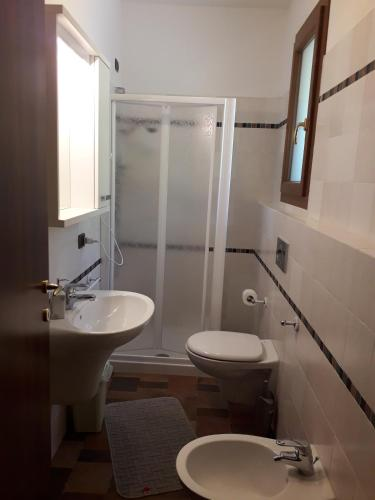 Cameră triplă cu baie (Triple Room with Bathroom)