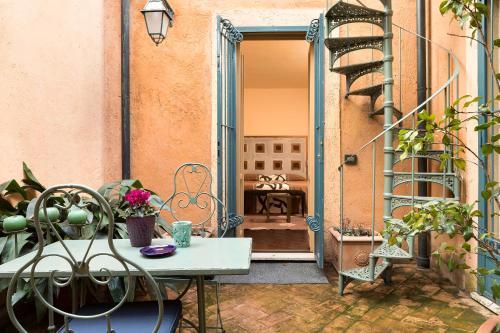 Via Garibaldi, 83, 00153 Rome RM, Italy.