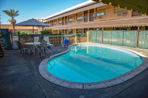 . Townhouse Inn and Suites
