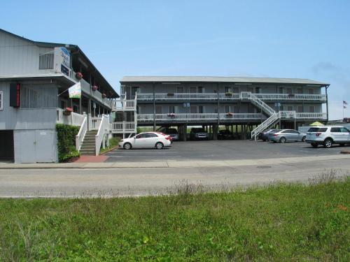 . Beach House Inn & Suites