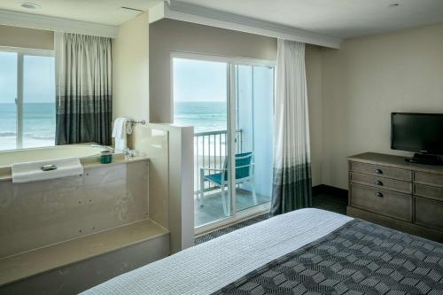 Фото отеля Beachfront Inn
