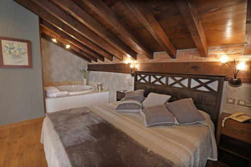 Suite con bañera de hidromasaje Hotel Spa San Marcos 12