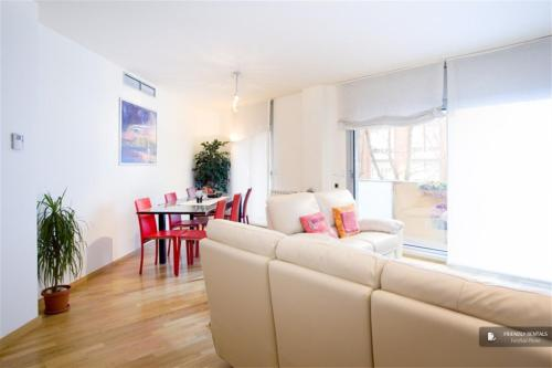 Magnificent 4 bedroom Apartment in Barcelona (FC7878)
