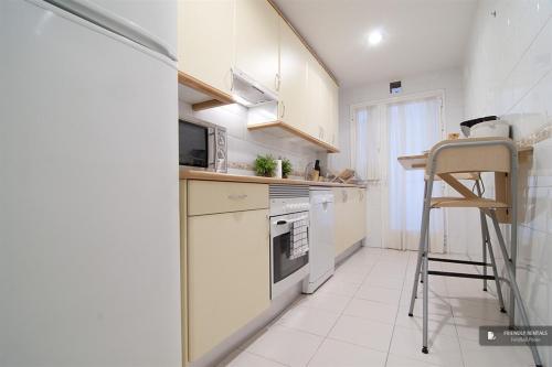 Magnificent 3 Bedroom Apartment In Madrid (Fc7604)