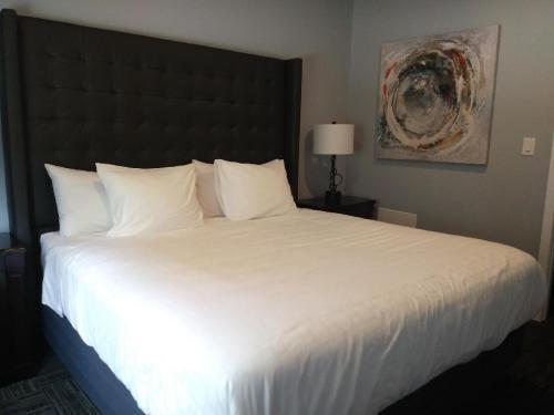 Wasaga Riverdocks Hotel Suites - Photo 8 of 36