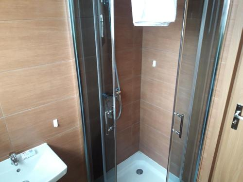 Cameră dublă sau twin cu baie privată (Double or Twin Room with Private Bathroom)