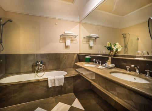Double Room with Spa Bath Gran Hotel Son Net 8