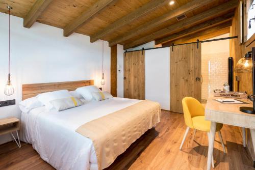 Suite Junior con vistas al jardín  Hotel Mas la Ferreria 8