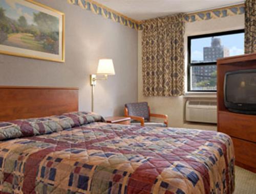 Super 8 by Wyndham Long Island City LGA Hotel - image 3