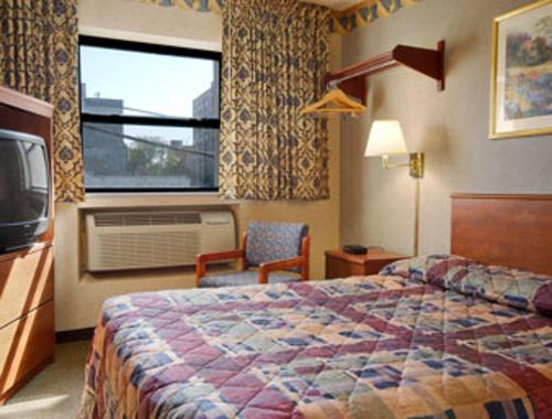Super 8 by Wyndham Long Island City LGA Hotel - image 4