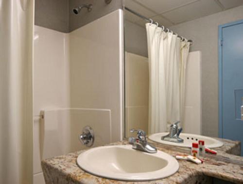 Super 8 by Wyndham Long Island City LGA Hotel - image 5