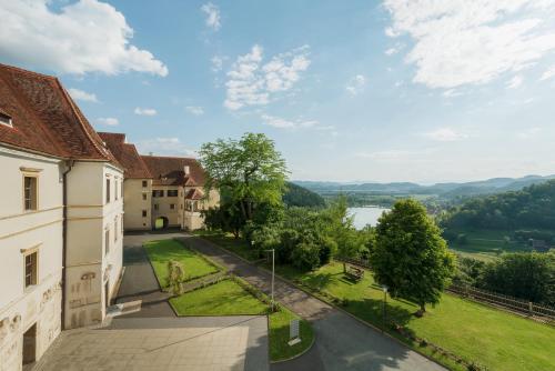 __{offers.Best_flights}__ Schloss Seggau