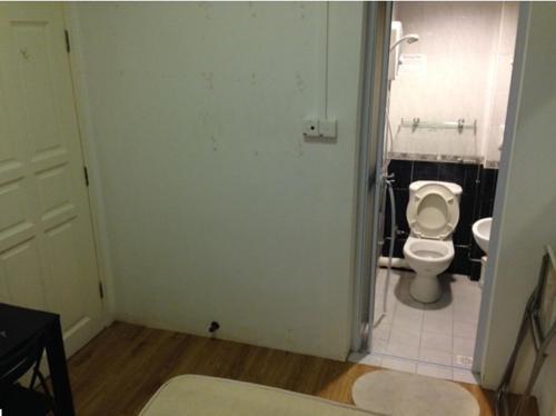 EnsuiteM1 attached bathroom within a Farrer park apartment