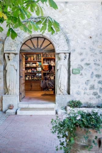 10 Place du Général de Gaulle – 83170 =, La Celle, Provence, France.