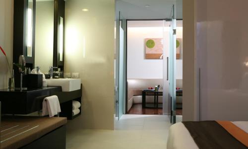 Radisson Suites Bangkok Sukhumvit photo 2