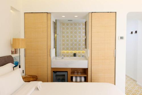 Double Room with Garden View and Balcony Hostal Spa Empúries 17
