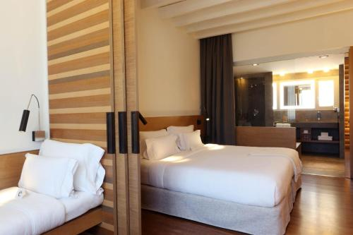 Superior Double Room with Garden View Hostal Spa Empúries 6