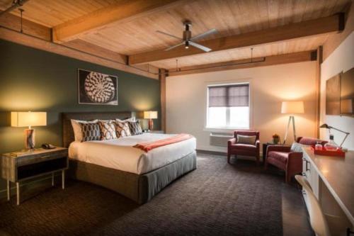 Harbor House Hotel and Marina - Accommodation - Galveston