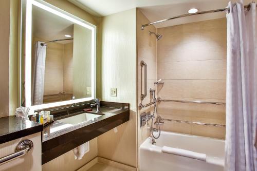 Embassy Suites Chicago Downtown Magnificent Mile Люкс с 1 спальней и кроватью размера «king-size» - Для гостей с ограниченными физическими возможностями