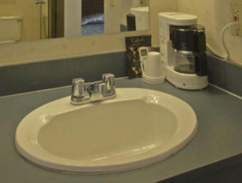 Bridgeway Inn & Suites