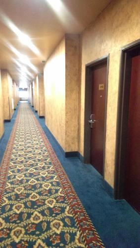 Hiway Inn Express & Suites