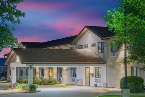 Super 8 by Wyndham Knoxville - Knoxville, Iowa