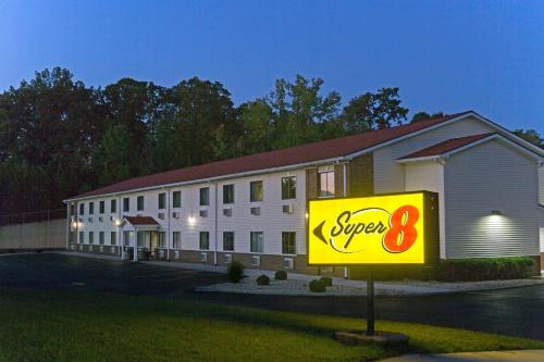 . Super 8 by Wyndham Radcliff Ft. Knox Area