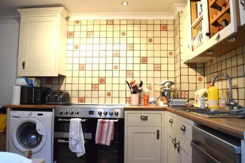 1 Bedroom Apartment in Putney - image 3