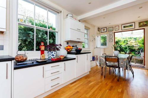 Veeve - Ravenscourt Park Family Home a London
