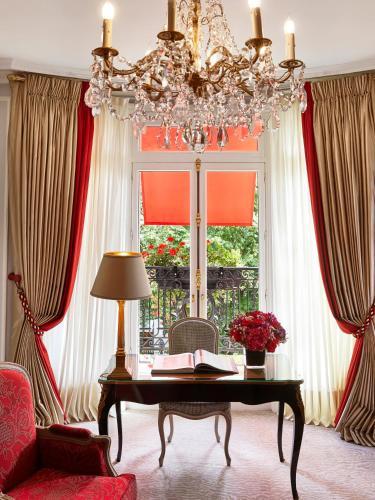 25 avenue Montaigne, 75008 Paris, France.