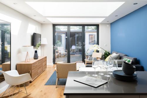 The Navy Court - Scandinavian Inspired 4BDR Home