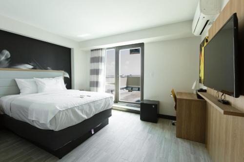 Hotel Ninety Five - JFK Airport - image 6