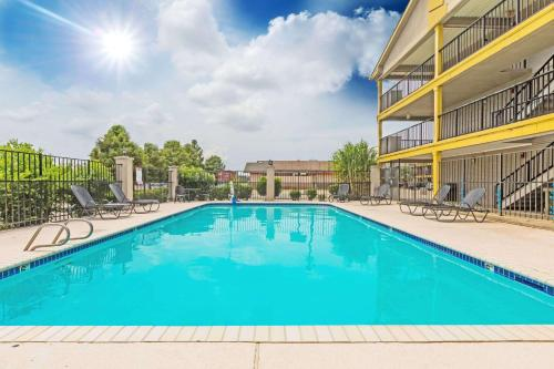 Super 8 by Wyndham Metairie