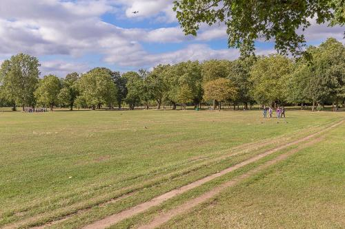 Veeve - Wonderful Wandsworth Common a London