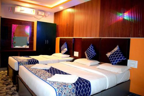 new style 5aeb0 d7b68 A-HOTEL.com - Double bedded room with a single cart bed ...