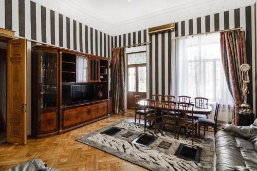 . Luxury three-storey apartment of the 19th century