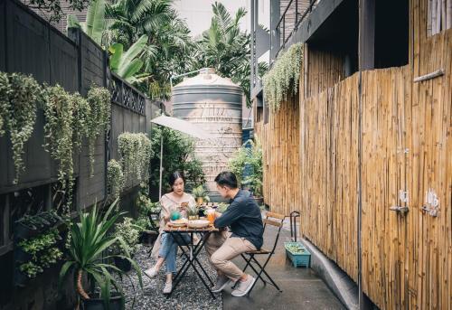 49 Pradiphat Soi 19, Samsennai, Phayathai, Bangkok 10400, Thailand.