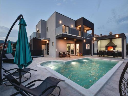 Four-Bedroom Holiday Home in Dicmo Klanac