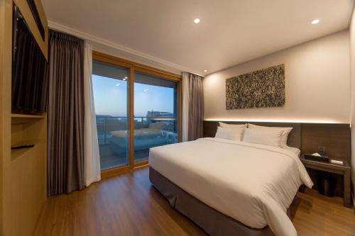 Two-Bedroom Family Suite with Free 2 Glasses of Wine and Cheese Platter