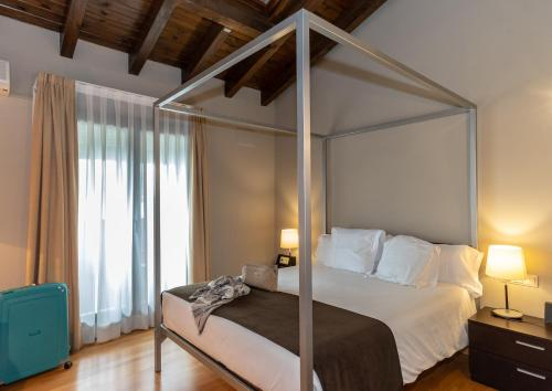 Double or Twin Room Hotel Bernat de So 18