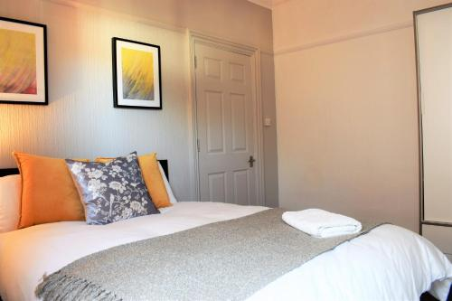 . Spacious Contractor House for Large Groups - parking available by Sussex Short Lets