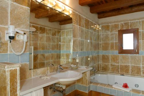 Double Room with Spa Bath Can Lluc Hotel Rural 9