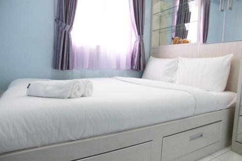 . Comfortable 2BR Mutiara Bekasi Apartment By Travelio