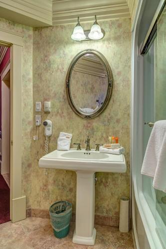 Athabasca Hotel - Jasper, AB T0E 1E0