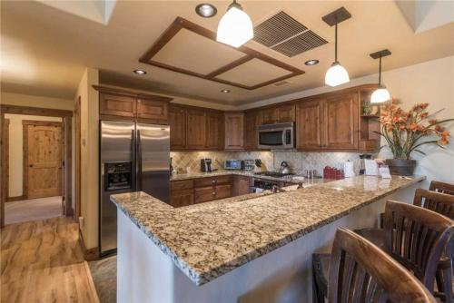 Beautiful Sprawling Condo Private Deck! 4 Pools & 10 Tubs! - Steamboat Springs, CO 80487